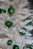 Όμορφες πράσινες διακοσμήσεις Χριστουγέννων στο άσπρο δέντρο διακοπών Στοκ φωτογραφίες με δικαίωμα ελεύθερης χρήσης