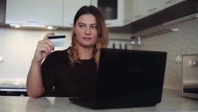 Όμορφες σε απευθείας σύνδεση τραπεζικές εργασίες γυναικών με την πιστωτική κάρτα απόθεμα βίντεο