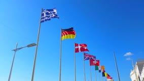 Όμορφες σημαίες του παγκόσμιου κύματος σε έναν αέρα φιλμ μικρού μήκους