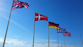 Όμορφες σημαίες του παγκόσμιου κύματος σε έναν αέρα απόθεμα βίντεο