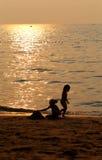 Όμορφες σκιαγραφίες του παιχνιδιού κοριτσιών Στοκ φωτογραφία με δικαίωμα ελεύθερης χρήσης