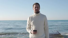 Όμορφες στάσεις ατόμων στην ακτή απόθεμα βίντεο