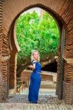 Όμορφες στάσεις γυναικών στο μεσαιωνικό φρούριο στοκ φωτογραφία