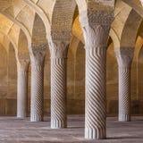 Όμορφες στήλες στο μουσουλμανικό τέμενος Vakil, Shiraz, Ιράν στοκ εικόνες