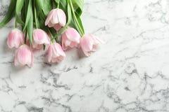 Όμορφες τουλίπες για την ημέρα μητέρων ` s στο μαρμάρινο υπόβαθρο Στοκ Εικόνα