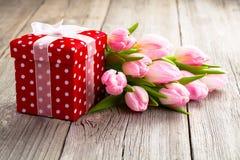 Όμορφες τουλίπες με το κόκκινο κιβώτιο δώρων Πόλκα-σημείων Στοκ εικόνες με δικαίωμα ελεύθερης χρήσης