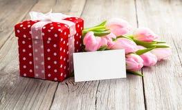 Όμορφες τουλίπες με το κόκκινο κιβώτιο δώρων Πόλκα-σημείων Στοκ Εικόνες