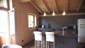 Όμορφες τραπεζαρία και κουζίνα στο νέο σαλέ πολυτέλειας απόθεμα βίντεο