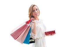 Όμορφες τσάντες αγορών εκμετάλλευσης γυναικών αγορών στοκ φωτογραφία με δικαίωμα ελεύθερης χρήσης