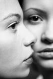 όμορφες φίλες δύο νεολαίες Στοκ εικόνα με δικαίωμα ελεύθερης χρήσης