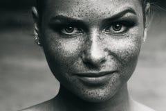 Όμορφες φακίδες πορτρέτου κοριτσιών γραπτές Στοκ φωτογραφία με δικαίωμα ελεύθερης χρήσης