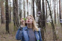 Όμορφες φυσαλίδες κοριτσιών και σαπουνιών Στοκ Εικόνες