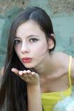 όμορφες φυσώντας νεολαίες φιλιών κοριτσιών Στοκ φωτογραφίες με δικαίωμα ελεύθερης χρήσης