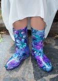 Όμορφες φωτεινές πορφυρές λαστιχένιες μπότες Στοκ φωτογραφία με δικαίωμα ελεύθερης χρήσης