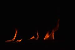 Όμορφες φλόγες πυρκαγιάς στο μαύρο υπόβαθρο Στοκ εικόνα με δικαίωμα ελεύθερης χρήσης