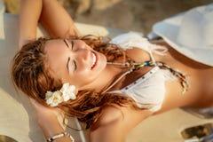 όμορφες χαλαρώνοντας νεολαίες γυναικών Στοκ εικόνες με δικαίωμα ελεύθερης χρήσης