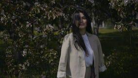 όμορφες χαμογελώντας νεολαίες γυναικών απόθεμα βίντεο