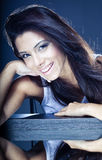 όμορφες χαμογελώντας νεολαίες brunette Στοκ φωτογραφία με δικαίωμα ελεύθερης χρήσης