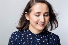 όμορφες χαμογελώντας νε Τέλειο φρέσκο δέρμα Νεολαία και έννοια φροντίδας δέρματος Γυναίκα κινηματογραφήσεων σε πρώτο πλάνο που φυ στοκ φωτογραφία