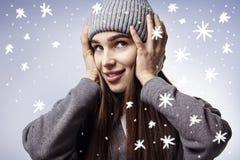 όμορφες χαμογελώντας νεολαίες γυναικών Χειμερινά snowflakes Ευτυχείς συγκινήσεις προσώπου Στοκ Εικόνες