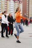 Όμορφες χορεύοντας γυναίκες υπαίθρια Tyumen Ρωσία Στοκ Φωτογραφίες
