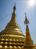 Όμορφες χρυσές stupa, chedi και παγόδα στο βουδιστικό ναό στην Ταϊλάνδη Στοκ Εικόνες