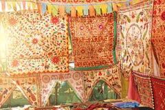 Όμορφες χρωματισμένες τραπεζομάντιλα ή εσάρπες, χέρι-κεντημένα ύφασμα κλωστοϋφαντουργικά προϊόντα στην αγορά των bazaars στην Ινδ στοκ εικόνα