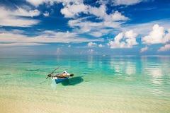 Όμορφες ωκεάνιες παραλία και βάρκα στοκ εικόνα με δικαίωμα ελεύθερης χρήσης
