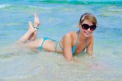 όμορφες bikini κάτω να βρεθεί ν&epsil Στοκ Φωτογραφία