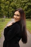 όμορφες brunet νεολαίες πάρκω& Στοκ Εικόνες