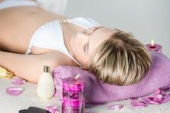 όμορφες salon spa νεολαίες γυναικών Στοκ φωτογραφίες με δικαίωμα ελεύθερης χρήσης