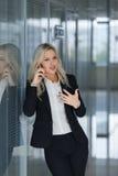 Όμορφηη επιχειρηματίας και που μιλά στο τηλέφωνο, πυροβολισμός έννοιας διευθυντών γραφείων Στοκ φωτογραφίες με δικαίωμα ελεύθερης χρήσης