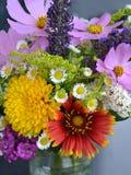 Όμορφη άγρια ανθοδέσμη λουλουδιών στο βάζο Στοκ Εικόνα