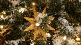 Όμορφη άνετη εικόνα Χριστουγέννων των δέντρων που διακοσμούνται με τις χρυσές και ασημένιες σφαίρες, τις γιρλάντες και το τεχνητό φιλμ μικρού μήκους