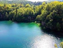 Όμορφη άποψη άνωθεν στη λίμνη Plitvice και το δασικό μπλε watercolor, Κροατία Πέρα από τη λίμνη Στοκ Εικόνες
