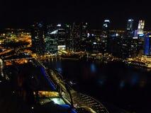 Όμορφη άποψη άνωθεν του σύγχρονου σχεδίου τρόπου ζωής οικοδόμησης πόλεων στη νύχτα Σιγκαπούρη Στοκ Φωτογραφία