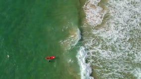 Όμορφη άποψη άνωθεν των surfers και των κυμάτων απόθεμα βίντεο