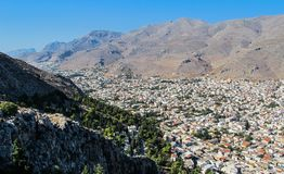 Όμορφη άποψη από την κορυφή του λόφου στην πόλη Pothia, η πρωτεύουσα του ελληνικού νησιού Kalymnos Dodecanese Ελλάδα στοκ εικόνα