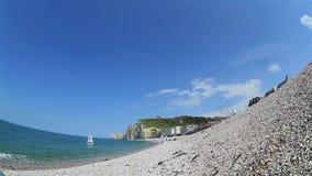 Όμορφη άποψη από την παραλία βοτσάλων στην εκκλησία απόθεμα βίντεο