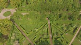 Όμορφη άποψη από τον αέρα στη γεωμετρία του τοπίου στο πάρκο της Catherine ` s απόθεμα βίντεο