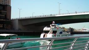 Όμορφη άποψη από τον περίπατο στη μαρίνα του Ντουμπάι, τα επιπλέουσες γιοτ και τις βάρκες φιλμ μικρού μήκους