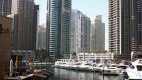 Όμορφη άποψη από τον περίπατο στη μαρίνα του Ντουμπάι, τα επιπλέουσες γιοτ και τις βάρκες απόθεμα βίντεο