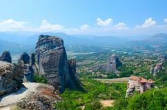 Όμορφη άποψη από το οροπέδιο στην κοιλάδα Thessaly και σύνθετος των ορθόδοξων μοναστηριών, Meteora, Ελλάδα στοκ φωτογραφία με δικαίωμα ελεύθερης χρήσης