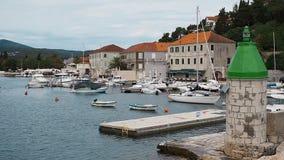 Όμορφη άποψη από το σκάφος motorboats που στέκονται στη θάλασσα και τις θαυμάσιες απόψεις της παλαιάς πόλης Hvar Hvar απόθεμα βίντεο