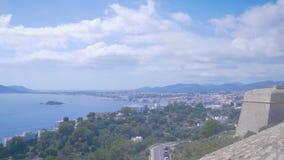 Όμορφη άποψη από το φρούριο στην παλαιά πόλη Dalt Vila στο λιμένα και τη νέα πόλη σε Ibiza, Ισπανία Μπλε θάλασσα και σύννεφα μέσα απόθεμα βίντεο