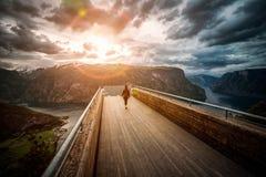 Όμορφη άποψη γεφυρών παρατήρησης της Νορβηγίας φύσης επιφυλακής Stegastein Στοκ Φωτογραφίες