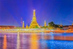 Όμορφη άποψη εικονικής παράστασης πόλης του ναού Wat Arun Rajwararam με το ligh Στοκ Φωτογραφίες