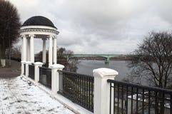 Όμορφη άποψη ενός άξονα στον ποταμό στην πόλη Yaroslavl Στοκ Φωτογραφία