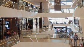 Όμορφη άποψη ενός μεγάλου εμπορικού κέντρου Οι κινήσεις καμερών από από κατω έως επάνω απόθεμα βίντεο