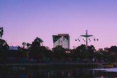 Όμορφη άποψη ενός ψηλού επιχειρησιακού κτηρίου γυαλιού με την ψηλή ταλάντευση στην πλευρά στοκ εικόνα